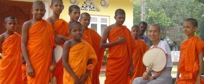 Jóvenes monjes posando en uno de nuestros voluntariados en Sri Lanka.